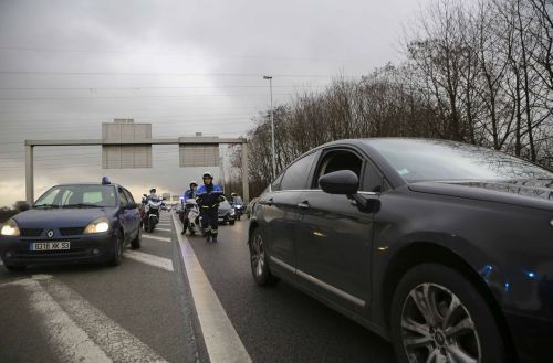 Grève des VTC:  barrage filtrant à Nice, rassemblement à Roissy