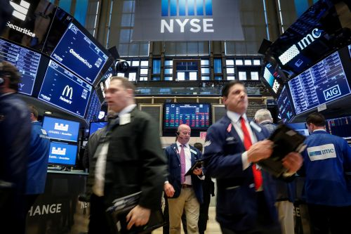 "Wall Street et la tech dévissent, Trump accuse la Fed ""folle"""